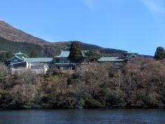 湖側からみる龍宮殿。現在は日帰り温泉施設になっていますが。建物としては1938年に建てられた国の有形文化財だそうです。