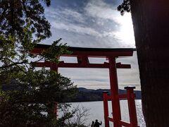 芦ノ湖に浮かぶように立つ鳥居は大人気。写真を撮る人たちで行列ができていました。