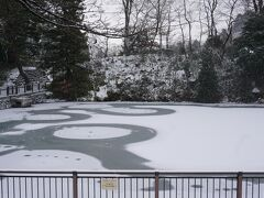 こちらは五色沼。 日本のフィギュアスケート発祥の地。  この日はうっすら氷がはってきれい~ (上をすべる勇気はないが)