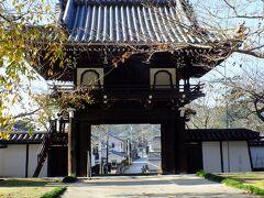 こちらが照蓮寺の正面にある山門です。 とても立派ですね。