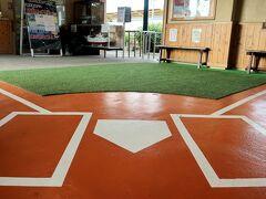 南郷駅の待合室は「野球場」になっています。