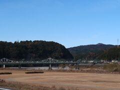 2<天竜川橋梁> ちょっと見づらいですが、手前の緑色の橋が「天竜浜名湖鉄道」の天竜川橋梁(登録有形文化財)で、後ろの銀色の橋が国号362号の「鹿島橋」。天竜浜名湖鉄道には、多くの「登録有形文化財」があり、それが一つの「ウリ」となっています。