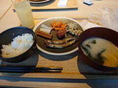 朝7時、朝食です。 バイキング方式となっており、京都のおばんざいがいろいろ並んでます。  何と健康的なメニューでしょう。お味噌汁の白味噌もおいしい。