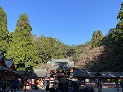 ご飯を済ませたら宿に行く前に少し観光をしようと、霧島神宮へ。 山深いところにある神社はその雰囲気もあって神秘的で、よいお参りになりました。