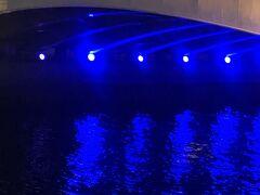 難波橋の土佐堀川側  難波橋の下部分です。青が川面に反射して幻想的でした。