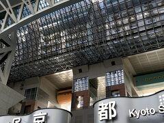 8ヶ月振りの京都駅です。 前回、来た時も人はかなり少なかったのですが4月より少し人が増えたと思いました。  でも、紅葉も終わり、ましてやコロナ禍の真っ只中にある観光地は閑散としていました。