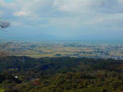 加護坊山の山頂からの眺めです。 北西方向を見ています。 イグネで囲まれた家々が大崎平野に浮かぶがごとく見えています。 残念ながら栗駒山は見えませんでした。 船形山は薄く見えました。