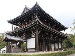 四つ辻から北に細い道を歩いて東福寺の裏側に出た。まずは三門を見学