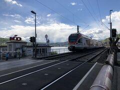 ケルンでの短い滞在を終え、電車でリューデスハイムへ向かいます。  先ほどフランクフルトからケルンまでICEで1時間ちょっとでしたが、その中間にあるリューデスハイムまでは普通列車で2時間20分もかかります。  ジャーマンレイルパスのおかげで、値段を気にせず、いちいちチケットを買う必要もないので、電車の時間さえきちんと調べておけば、効率よく動けます。