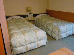 旅の出発点はJR東日本仙山線作並駅。 ホテルグリーングリーンまで迎えの自動車で移動。  客室内は和室と洋室があります。洋室のベッドで寝ました。