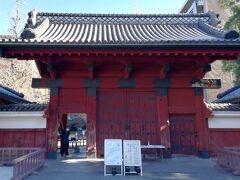東大近くにあるお寺で祖母のお墓参りをしてから出発です。 こちらは東大の赤門。