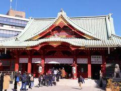 続いて湯島天満宮から徒歩10分ほどの神田明神へ。 湯島天満宮から向かうと神田明神の裏参道から入ることになります。 裏参道はひっそりしており、寂しい神社だなと思ったら、本堂の前には大行列ができていました。