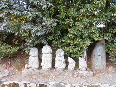 道端で小さな可愛らしい石仏達が私たちに エールを送ってくれました。 アイルランドで見たケルトの妖精たちみたいです。 私たちの孫たちに似ているような気もしました。
