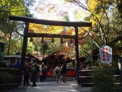 戻りついでに野宮神社を見学しました。 サイトには 「野宮神社といえば縁結びでご利益がある神社として とても人気があります。 また嵯峨野めぐりの起点として訪れる方も多く、 海外の観光客やツアー客もとても多いです。 そのため、平日でも訪れる方が多い場所となっています。」 という説明がありました。 しかし「野宮神社には実は縁切りのご利益もあります。」という 説明書きも加えられていました。 「縁結び」の神様が何時の間にか「縁切り」の役割も 引き受けていました。 人間の「ご縁」は昔も今も難しい問題をはらんでいます。