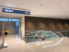 韓国・ソウル『仁川国際空港』第2ターミナル3F  第2ターミナルの4階にある『KAL Lounge Prestige Class(East)』 のマッサージチェアで寛いだ後、搭乗口(251番ゲート)に向かいます。  写真のエスカレーターで3階から2階に下がります。