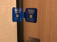 夕食を終え、この日の宿泊はヒルトン東京ベイです。 ロビーや部屋など、シェラトンのシックな雰囲気とは異なり、明るく爽やかなイメージでした。  コロナ対策の消毒を済ませた部屋には、このようなシールが貼られるのですね。 「消毒してから誰も入室していません」という意味なのでしょうが(ドアを開けるとシールが切れて2つに分かれる)、なかなか凝った演出(?)です。