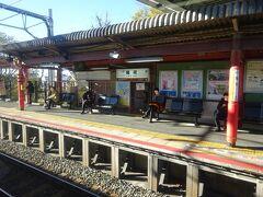 稲荷駅。伏見稲荷の最寄り駅。 ここで車内の客が半分くらい降りた。