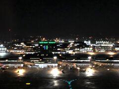 成田国際空港第1ターミナル(北ウイング)  こちらもブレブレですね・・・。  21:20ドアオープン。 到着後は待ち合わせしている空港ラウンジに向かいます。 最初にまとめて載せました↓  <ソウル☆ 『成田国際空港』第1ターミナルのスカイチームの 航空会社ラウンジ『デルタスカイクラブ』&『KALラウンジ』、 プライオリティパスで入れるカードラウンジ 『IASS エグゼクティブ ラウンジ1』&『TEIラウンジ』>  https://4travel.jp/travelogue/11561583
