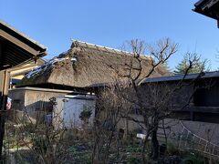 近くには茅葺屋根の家があったりします。