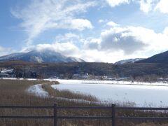 蓼科山と白樺湖  昨夜の雪と冷え込みで全面氷結