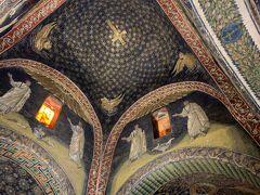 ガッラ・プラキディア廟堂 サンヴィターレ聖堂の隣にある小さな礼拝堂です