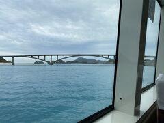 高速船だと50分で阿嘉大橋が見えてきます。  阿嘉港にはいつも通り なんだかんだ毎月会ってるダイビングショップのスタッフがお出迎え 「この前マチャさんが帰った後からずーっと雨なんですよ」  あはは、最近の私、 自称「晴れ女」です (*^^)v
