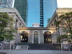 銀座の中央通りを抜けると汐留エリアに入ります。 こちらは旧新橋停車場。 1872年に日本で初めて新橋~横浜間に鉄道が開通されましたが、新橋は現在の新橋駅から少し外れたこの地にありました。 この駅舎は2003年に復元されたものですが、明治初期の雰囲気を感じさせてくれます。