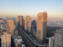 入場料620円を払って40階の展望台へ。 時刻は4時15分。 陽が沈みかけてきました。 夜景の前に、夕日に照らされた東京の景色も写真に収めておきましょう。 こちらは東京駅方面。