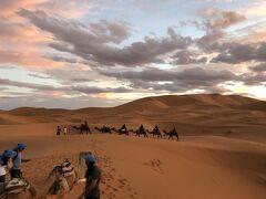 5日目はフェズを8時に出発してメルズーガへ。峠を2つ越えて砂漠へ。 約2時間ほどラクダにゆられ砂漠のキャンプ場へ。想像以上にラクダの上は高い。乗馬と同じようにお尻が痛くてかなり辛い。