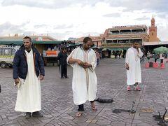 昼のジャマエルフナ広場 蛇使い。 写真を撮った瞬間、チップを求めてきます。
