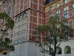 ハウステンボスに到着したら、駐車場前に ヨーロッパ調のホテルオークラ。