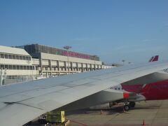 チャンギ国際空港 ターミナル2 に到着しました。(現地時間 8:20頃)  この後、両替、Simカード購入、EZ-Linkカード購入の予定です。