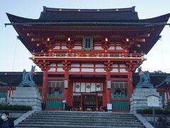 ●楼門@伏見稲荷大社  楼門です。 1589年、豊臣秀吉によって、造られました。 神社の楼門としては、最も大きい部類に入るそうです。