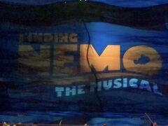 その後、ニモのミュージカルへ行きました。 沢山のキャラクターのパペットを使いながら歌う!踊る!大満足のショーでした。
