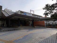 摂津富田(せっつ とんだ)駅    該駅は、大正13年(1924年)7月23日開業である。 し、連携こそ存在しないが、該駅前身として、明治43年(1910年)3月29日附で設置された富田(とんだ)信号所を嚆矢とする。 該信号所は摂津富田-JR総持寺間に存在する富田村踏切付近に設置されたが、地元三島郡如是村は該信号所開設を奇貨として内閣鐵道院西部鐵道管理局時代より再三に亘り駅昇格請願を反復させていた。 然るに、第1回請願は、第1次世界大戦(大正3年(1914年)8月23日~大正8年(1919年)11月11日)終結後に於ける世界的不況に依り、該駅開設必要経費を捻出困難とした為に結果的に該請願は却下された。 他方、該信号所は該区間自動閉塞式導入に依り不要施設と化し対象0年(1921年)7月20日附で廃止され、一時は駅昇格運動をして挫折かの如き印象を与えたが、景気回復に依り駅昇格に要する資金繰りが可能になった事から、再度の駅昇格請願を行った処、鐵道省神戸鐵道局は該請願を受入た事から駅設置に漕ぎ着ける事が可能となった。 該駅は元信号所跡地より若干東京よりに設置された。 該駅本屋は該駅開業当時に建築された木造造営物だった事から老朽化が深刻な状態となり、昭和45年(1970年)に現在の第2代駅本屋に改築されたが、旅客跨線橋のみ解体を免れ、松下電器社員専用通路として現存する。 該駅は開業当初より貨車取扱を行い、特に松下電工富田工場発着貨物取扱は膨大な量だったが、昭和49年(1974年)10月1日附を以って、新設された 大阪貨物ターミナル駅に取扱業務が集約された関係で廃止されt。 https://www.jr-odekake.net/eki/top?id=0610123