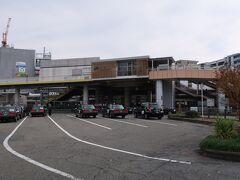 茨木(いばらき)駅    該駅は、明治9年(1876年)8月9日開業である。 然るに、該区間開通が同年7月26日附で同時に高槻驛が開業したが、該驛開業が僅か2週間後たる理由は、兎に角、当時の我が国政府が一刻も早く京阪神間鉄道開通を急いでおり、事実、翌明治10年(1877年)2月5日附で京都驛正式開業日前日たる4日に、鹿児島に於いて西郷隆盛(さいごう たかもり)(文政10年(1828年)1月23日~明治10年(1877年)9月24日)を首謀者とする 西南(せいなん)ノ役(明治10年(1877年2月4日~同年9月24日)勃発に伴い、我が国軍部をして戦時に於ける鉄道輸送の重要性を認識させる発端となった。 該駅は、北摂に存在し、非電化時代より普通列車停車駅、電化以降も緩行線電車電車停車に限定されていたが、昭和45年(1970年)に日本万国博覧会開催会場最寄駅に決定された事から、該駅本屋は昭和44年(1969年)に第2代橋上型駅本屋に改築された。 更に、該博覧会開催期間中に限定し快速電車停車駅とされたが、該博覧会終了後も継続した為に、利便性から大阪の郊外住宅地として脚光を浴びる事となった。 貨物取扱業務集約化を目的として大阪貨物ターミナル駅開業に伴い、昭和49年(1974年)9月30日附で貨車取扱業務が廃止された。 https://www.jr-odekake.net/eki/top?id=0610124