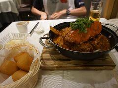コース料理は、事前にJCBセットを2人分で申し込んでおきました。 (春節時期のチリクラブの時価が怖くて)  チリクラブと揚げパン 最高。輝いてる。 (Chilli Crab with Deep Fried Mini Bun)