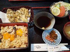 1日目は日光江戸村へ行く予定です。 13時からのチケットを事前に買っていました。  日光江戸村までのバスの時間まで余裕があるので、駅前でお昼ご飯です。 季節の炊き込みご飯にマイタケの天ぷら! おいしかったです!!!
