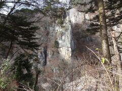 鬼怒川の名勝 '楯岩'が見えます。 戦いのときに使用する楯に似ていることから名づけられた巨岩で、高さは70mを越えるそうです。