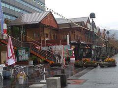 雨も上がってきました。 この辺りは出島ワーフというスポット。 お洒落な飲食店が並びます。 このまま、徒歩でホテルへ向かいます。