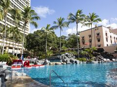 ロイヤルハワイアンの宿泊客は、シェラトンのプールも使うことができます。前日に訪れていた夫と息子曰く、「天国のよう」なプールなのだそうです。ほう。