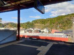 山中をしばらく走って、霧島神宮駅。よくわかりませんが、山を歩いてきたとおぼしき人達がたくさん乗ってきました。