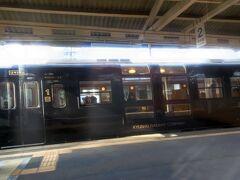 隼人駅で「はやとの風」と出会いました。本当に九州は観光列車天国です。