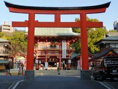 まずは生田神社へ  三ノ宮の飲食街を歩いていて、ふと右に曲がるといきなり大きな赤い鳥居が見えました。  本当に街中にある神社です。
