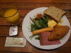 ホリデイ・イン・エクスプレスの1階でビュッフェ形式の朝食です。 このほかに種類は少ないですがフルーツなどもありました。 (現地時間 7:00頃)