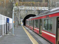 初めての横須賀。 百恵ちゃんもこの駅を利用してたんだ。  ホームの端が、トンネルの入り口になっている。 (◎o◎)