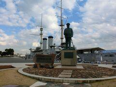 そして三笠公園へ。 駅から歩いて15分ほどかかった。  東郷平八郎さんの後ろには、軍艦三笠。 写真を撮ったりして、ウロウロする。
