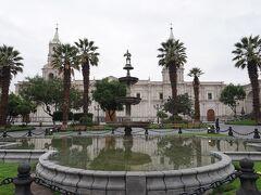 街の中心 お約束のアルマス広場 アレキパ大聖堂をはじめ歴史が感じられる建物に囲まれ市民・旅行者の憩いの場となっています