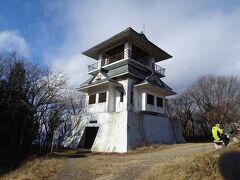 八溝山(標高1022m)に登頂。茨城県最高峰です。 天守閣のような展望台があります。
