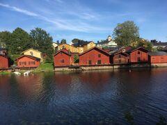 川沿いに並ぶ赤い建物が有名です。